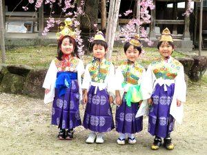 <p>年長さんは稚児衣装を着て、年中・年少さんは<br /> 制服で参加しました。<br /> 綺…</p>