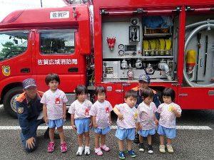 <p>もも・つぼみ組(年少・年少々)<br />大きな消防車にびっくりしながらもカッコいい赤い車の前で、パチリ</p>