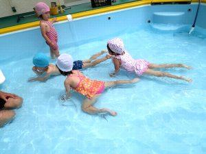 <p> 今年初めて幼稚園のプールデビューの子もいれば、満3歳児で経験ある子。<br />ドキドキする子…</p>