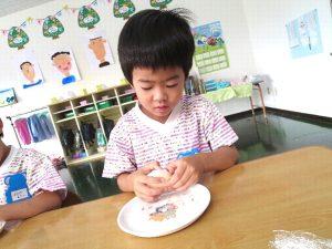 <p> ふじ組さんで育てたきゅうりを使って、たまごサンドを作りました。<br /> 初めて幼稚園で包丁…</p>