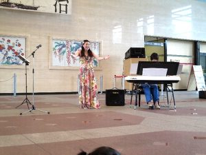 <p>大きく手を広げ、気持ちよく歌ってありました。<br />子どもたちの中には、歌声に酔いしれて手を広げ、<br />なりきっている子もいました。</p>