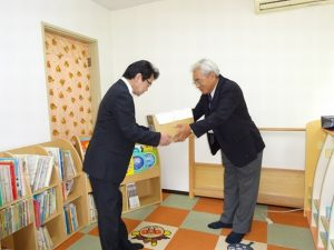 <p>園長(左) 弘済会 増田様(右)<br />大きなは箱にたくさん絵本が入っているようです。ありがとうございます!</p>