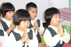 朝から真剣な顔で仏様にご挨拶する園児たち