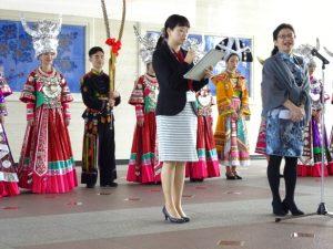 <p>通訳は洛齢ちゃんのお母さん。<br />舞踊団団長さんの挨拶を日本語に、副知事さんの挨拶を中国語にしてました。</p>