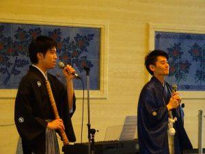 <p>青い袴のお兄さんは、劇団四季にいたとき「ライオンキング」でシンバ役をした宇都宮直高さん。(テノール歌手)<br />尺八を持っているお兄さんは松村湧太さん、尺八もピアノも弾いて、歌も歌ってありました。(尺八奏者・ピアニスト)</p>