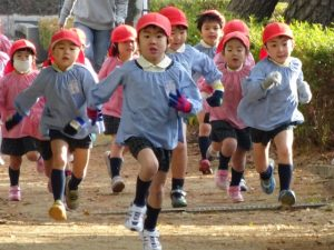 <p>若楠恒例「冬のマラソン」<br />3学期になると横の遊歩道を、冬の澄み切った風を感じながらマラソンします。…</p>