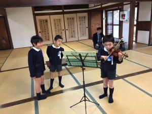 <p>卒園式の後は、心のこもった手作りの謝恩会。<br />バイオリン、みんなの前で初めてお披露目しました。<br />「へ~、すごいね」 「これ、なんて曲だろう」<br />「黒い♪♪がたくさんついてるよ」 </p>