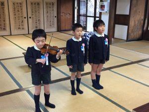 <p>僕たちはバイオリンに合わせて歌います。<br />♪~~♪~ 「キラキラひかる~ おそらのほしよ~~~」<br />(^_^;) あの~ 音がずれているんですけど~<br />「やっぱり・・・」(^^ゞ</p>