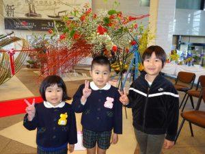 <p>県庁にお花がいっぱいあったよ!<br />幼稚園の先生も、お花のお友だちと一緒に飾ったんだって<br />先生たちのお花の前でパチリ!<br />赤いお花も白いお花もきれいだね (*^。^*)</p>