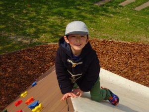 <p>すべり面とボルダリングの間の角を登っています。<br />遊びを見つけ出すのは、子どもたちは得意ですね!(*^。^*)</p>