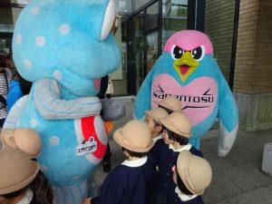 <p>「あの~ 僕もいるんですけど・・・」 ウィントスくん<br />ウイントスくんは2月のサガン鳥栖の激励会で見たね。<br />子どもたちも新し物好きのようです (*^。^*)</p>