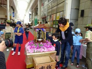 <p>4月8日は花まつり。<br />毎年、若楠幼稚園は佐賀市仏教会の花まつりに参加しています。<br />甘茶をかけて、お釈迦様のお誕生日をお祝いします。</p>