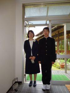 <p>3月には、ビシッとスーツ姿で決め、「小学校を卒業しました」 と報告に来てくれた卒園児さん。<br />今日は、「中学校の入学式でした」 とキリリとした学生服姿を見せに来てくれました。<br />勉強に部活動に頑張ってくださいね!</p>