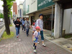 <p>さすが年長の男のは違うね。(*^^)v<br />お父さんの手をひいて、リードして歩きます。<br />頼もしいですね。</p>