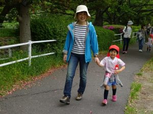 <p>私は元気!!<br />お母さんと神野公園までしっかり歩けそう。<br />親子で素敵な笑顔です。</p>