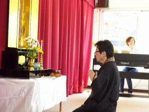 <p>今日は本堂でおまいりが出来ず、ホールでおまいりをしました。<br />金ピカピカのお仏壇を借りて、お父さんたちと一緒に手を合わせました。</p>