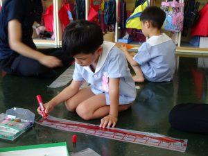 <p>今日はお父さん仕事で忙しくて来れなかったんだ・・・<br />お母さんは妹と一緒に作ってる・・・<br />でも、飛行機好きな僕! ロケット作りは真剣です。</p>