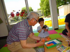"""<p>今日はお父さんはお仕事でおじいちゃんが来てくれました。<br />あれれ~<br />おじいちゃんに""""おまかせ~""""で何やってんの(ーー;)<br />優しいおじいちゃんは一生懸命作っています。</p>"""