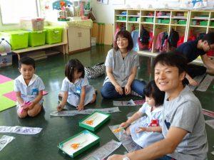 <p>2組のファミリーが笑顔でパチリ   ♪<br />若楠幼稚園は♪みんなともだち~♪<br />とっても仲良しです。</p>