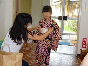 <p>お母さんは役員さん。<br />夕涼み会の準備で早めに幼稚園に来ました。<br />準備が終わり、浴衣にお着替え。<br />「可愛いね!」と言われ、ちょびり恥ずかしいようです。(*^_^*)</p>