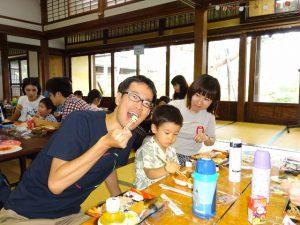 <p>「美味しく食べてるところを撮るよ~」<br />カメラを向けられ、さっさとポーズを決めるお父さん。<br />息子は唐揚げを挟もうと一生懸命です。<br />大人も幼少の頃に帰って楽しむ。これが若楠流保護者の楽しみ方(^v^)</p>