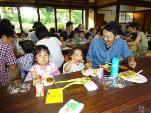 <p>食事の時間はお母さんたちにとって苦痛な時間、と感じる方もいらっしゃるのでは・・・<br />たまに関わるからこそ、お父さんたちは微笑んで我が子の食事を見てありますね。<br />好き嫌いがたくさんあったけど、頑張って食べられるようになったよ(*^^)v<br />若楠幼稚園でご飯を食べると笑顔になりそうですね。</p>