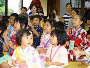 <p>楽しくて笑顔でニコニコする子、一生懸命見入っている子、<br />どの子もとっても楽しそうです。<br />後ろで見ている先生たちも笑顔で楽しそうです。</p>