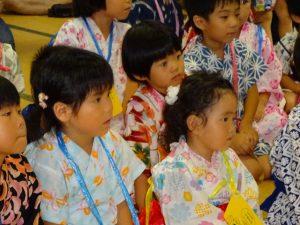 <p>次はどうなるの?お話を聞く子どもたちの表情は真剣です。<br />きっと読んでくださるお母さんたちの表情や表現で<br />お話の世界に吸い込まれているのでしょうね?</p>