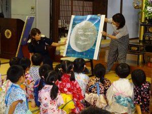 <p>「パパ、お月さまとって!」<br />大型絵本を県立図書館から借りてきて、読んでもらいました。<br />大きな絵本のお月さまは、とっても大きくて本当のお月さまにそっくりで、ワクワクしながら見ました。<br />「お月さまって大きいね」 「お空は広いね」(*^_^*)</p>