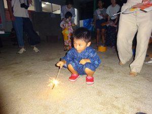 <p>ゲームで楽しんだ後は、園庭で盆踊りと花火をしました。<br />火を付ける時、大人も子どももドキドキ。<br />「火を付けて、じっと持っていられるかしら?」 「そっちは人がいるでしょ!」<br />火を付ける時、手をすくめる子 「(お父さん)一緒に、一緒にして~」</p><p>今回は派手な花火より線香花火が大人気!<br />じっとしてるのってとっても難しいのに、みんな上手に花を咲かせていました。<br />耳を澄ますと「パッ パッパッ」と音も聞こえました。</p>