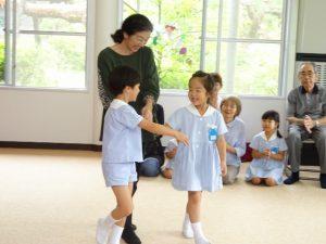 <p>おばあちゃんは4月生まれですね。<br />一緒に踊りましょうとにこやかにエスコートする子どもたち。<br />3人でどんな踊りを踊りますか?楽しみですね(*^。^*)</p>