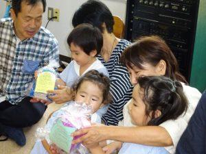 <p>可愛い可愛いお孫さんからのプレゼントに大喜びのおばあちゃんたち。<br />膝に乗せて、おじいちゃんもおばあちゃんも喜び爆発です!ヽ(^。^)ノ</p>