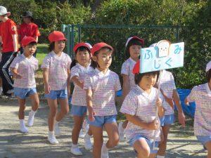 <p>「入場行進」 ①<br />運動会が始まりました。<br />ふじぐみ(年長)さんの入場です。<br />幼稚園最後の運動会、ちょっぴり緊張してるかな?</p>