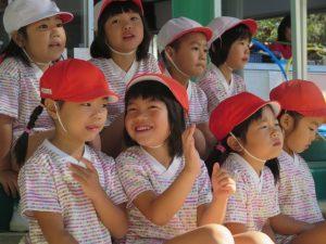 <p>笑顔が見られる子もいます。<br />「私、頑張るよ! 紅組勝てるかな?」<br />「私は、ちょっぴりドキドキなんだけど・・・  でも、みんなが応援してくれてるから~」<br />とか話しているのかな?</p>