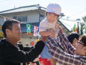 <p>父子競技 「みんなでお引越し」 ①<br />お父さんたちに運んでもらって、嬉しそう。<br />お父さんたちに抱っこされたら、高いよ~ 周りの景色がが違って見えるよ。</p>