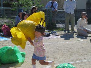 <p>全園児応用走 「ありんこ競争」  <br />アリさんになって美味しいおやつを運びます。<br />驚きは、このアリさん10月にお誕生日を迎えたばかりのちびっこアリさん。<br />勇ましすぎる~ ^_^;</p>