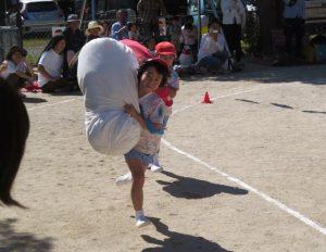 <p>全員リレー 「紅白リレー」 ②<br />ふじ・うめさんはジャンボバトン。<br />抱きついて持つのもよし、肩に担いでもよし。<br />自分に合った持ち方で、とにかく速く走りバトンパス!</p>