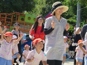<p>家族遊戯 「海ダンス」<br />今年も「海と日本プロジェクト」の企画で「海ダンス」を踊りました。<br />運動会でも今年で二回目。皆さん上手になりました。<br />総合指導の一番踊り上手は、加奈先生です。(加奈先生は写っていません)</p>