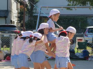<p>組体操 「浦島太郎」 ②<br />若楠幼稚園の年長さんは、男の子1人、女の子8人<br />浦島太郎をカメさんが運びます。<br />女子力、すごいですね (^_-)-☆</p>