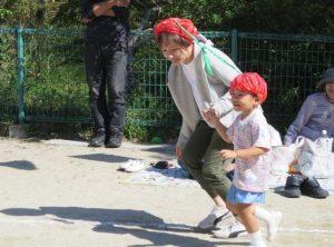 <p>母子競技 「かわいいさくらんぼ」 ②<br />お母さんと一緒に走って嬉しいさくらんぼさん (*^_^*)<br />家族の応援もあって笑顔がこぼれます。</p>