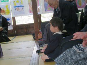 <p>僕、おりこうさんだね~<br />こんなに小さいのにお行儀よく座っておまいり。<br />さすが若楠幼稚園のお友だち!<br />なんと年少さんですよ!(*^^)v</p>