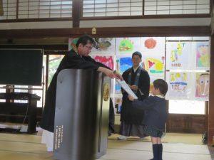 <p>本願寺佐賀教堂で一番偉い方から賞状を頂きました。<br />でも、僕は知ってるよ。<br />だって若楠幼稚園の園長先生だもん。(*^_^*)<br />窓に貼ってある絵をよ~く見て、僕の絵があるよ。リボンもついてるよ!</p>