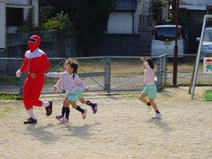 <p>もちつきマン?<br />毎年、遊びに来てくれる「もちつきマン」 時々、体形が違います。<br />今年は、怖がる子はいません。 一緒に追っかけっこで楽しそう。</p>