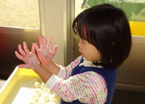 <p>あったかおもちも何個も丸めていると、可愛い小さな手が真っ赤っか。<br />ほら。こんなになったよ~</p>