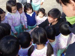 <p>今日は九州電力のお兄さんお姉さんたちがもちつきに来てくださいました。<br />先ずは園児たちと仲良く!<br />距離感を縮めようとお話からスタート。<br />何を話して、園児の仲間に入れてもらってるのかな?</p>