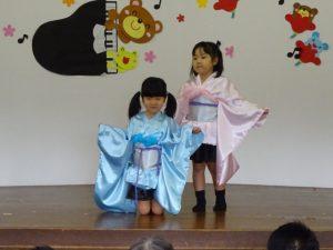 <p>「千本桜」<br />二人の女の子が和装で踊りました。アップテンポでハードなダンス!<br />元気いっぱいの動きの中に、時々可愛いポーズがありました。<br />見ている方も自然に体が動きます。リズムをとって楽しそうでした。</p>