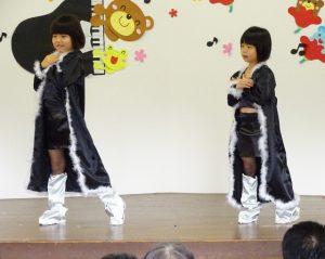 <p>平成のダンスの最先端は「モー娘。」のLOVEマシーン<br />カッコいいセクシーな衣装で!!<br />黒い衣装にシルバーのブーツ。ファーも付いてて、セクシーな中にも可愛さもチラリ。(^_-)-☆<br />若い頃を懐かしんで、昭和生まれの先生が教えていました。</p>