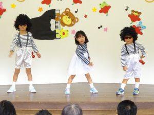 <p>年中3人組、運動会では「おまめ戦隊 ビビンビーン」<br />お遊戯会では、「林檎殺人事件」<br />笑いを一手に引き受けている梅組さん。<br />平成生まれの先生は、「何ですか? この曲」と知りませんでした。<br />ユニークな格好にユニークな踊り。 でも、パッチリ踊れました。<br />保育にも先生の時代がわかります(*^_^*)</p>