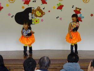 <p>子どもから大人まで大好きなちびまる子ちゃんの主題歌「おどるポンポコリン」をE girlsバージョンで踊りました。<br />激しい踊りに、写真はブレブレ。<br />こんなハードな踊り、担任はどうやって教えたのでしょう。<br />きっと息切れしてたに違いない!^m^<br />きっと息切れしてたでしょうね。^_^;</p>