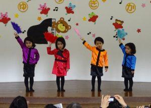 """<p>もも・つぼみの女子チーム「ダンシング・ヒーロー」<br />ハイテンポな曲に合わせてノリノリで踊ってくれました。<br />バブリーメイクに扇子。もちろんショルダータイプの(手作り)携帯も・・・<br />バブル期を知らない先生が、出勤すると携帯作り。<br />踊りの始まりは、みんな掛け声で始まりました。<br /> """" Let's バブリ~ """"</p>"""